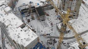 Onvolledige woningbouwbouwwerf, nieuwe gebiedenontwikkeling, lucht stock video