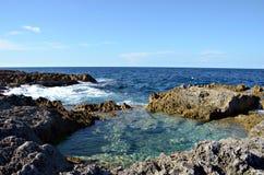 Onvruchtbare rotsachtige kustlijn Stock Foto