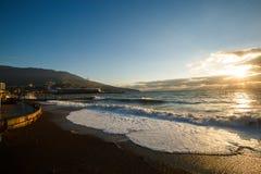 Onweer bij de overzeese en dijkstraat van Yalta-stad in de Krim in de ochtend op 24 10 2016 Grote golven en getijdenwas Royalty-vrije Stock Fotografie