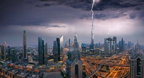 Onweer boven de stad van Doubai stock afbeeldingen