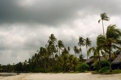 Onweer dat tropisch strand nadert stock afbeeldingen