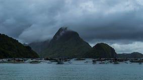 Onweer in de Baai met drijvende boten in Gr Nido 4K TimeLapse - Augustus 2016, Gr Nido Palawan, Filippijnen stock videobeelden