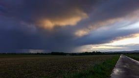 Onweer in de herfst over een gebied stock video