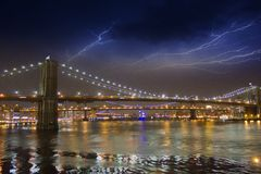 Onweer in de Nacht over de Brug van Brooklyn, de Stad van New York Stock Afbeeldingen