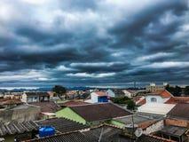 Onweer in de stad, zwarte wolken royalty-vrije stock foto's