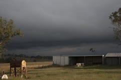 Onweer dichtbij een landbouwbedrijfloods stock fotografie