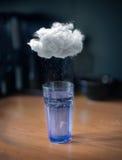 Onweer in een glas water Stock Afbeeldingen