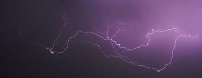 Onweer en bliksem bij nacht II , samenvatting stock afbeelding