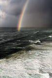 Onweer met regenboog en ruwe overzees Royalty-vrije Stock Fotografie