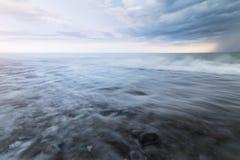 Onweer op de kust stock afbeelding
