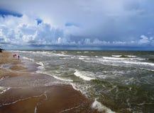Onweer op de kust van de Oostzee Stock Afbeeldingen