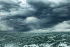 Onweer op de oceaan Royalty-vrije Stock Foto's
