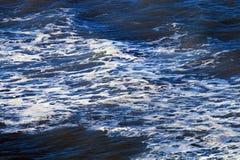Onweer op diepe blauwe overzees royalty-vrije stock foto