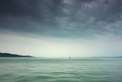 Onweer op het meer Stock Fotografie