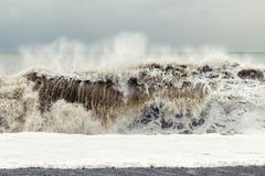 Onweer op het overzees - een grote golf met zand en schuim neemt dichtbij de kust toe Spannings and†rusteloos concept ' royalty-vrije stock afbeelding
