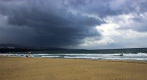 Onweer op het strand Stock Foto's
