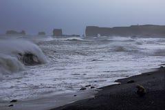 Onweer op het zwarte strand van IJsland royalty-vrije stock foto
