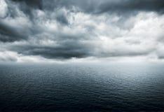 Onweer over de oceaan Stock Afbeeldingen