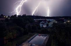 Onweer over dorp Stock Foto's