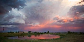 Onweer over landelijk dorp Stock Afbeeldingen