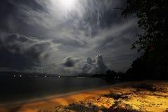Onweer over overzees in maanlicht Royalty-vrije Stock Afbeelding