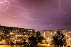 Onweer over Stad Stock Fotografie