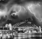 Onweer over Sydney Harbour Bridge, Australië Stock Foto