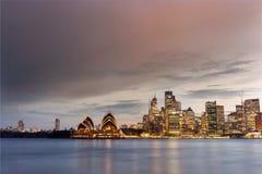 Onweer over Sydney Operahouse stock foto