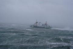 Onweer, regen en een vissersboot. Stock Foto