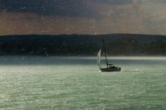 Onweer, regen en zeilboot Royalty-vrije Stock Foto