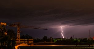 Onweer in stad stock foto
