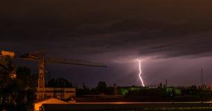 Onweer in stad stock foto