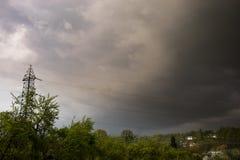 Onweers donkere wolken over het dorp stock afbeelding