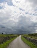 Onweersbui boven Vinyard en Weg Saint Emilion stock foto's
