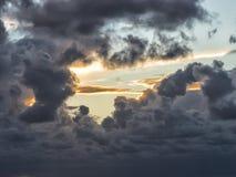 """Onweersbui die in """"rollen dramatische wolken †in de hemel Stock Foto's"""