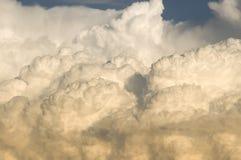 Onweersbui die zich binnen bij zonsondergang beweegt stock afbeeldingen