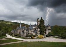 Onweersbui met bliksem in Lowenburg-kasteel stock afbeelding