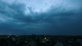Onweersbui over de stad bij nacht Timelapse stock videobeelden