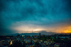 Onweersbui over Patan bij zonsondergang Royalty-vrije Stock Afbeeldingen