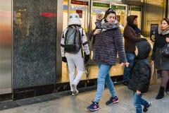 Onweersmarechaussee die Metro ingaan Stock Afbeeldingen