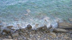 Onweersoverzees, golven die tegen rots op een overzeese kust verpletteren Brandingsgolven dichtbij kust Golven langs rotsachtige  stock video