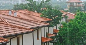Onweersregen op het dak van het huis stock videobeelden