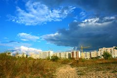 Onweerswolk boven een stad Stock Fotografie