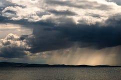 Onweerswolk met regen Royalty-vrije Stock Afbeeldingen