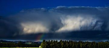 Onweerswolk met regenboog Royalty-vrije Stock Afbeeldingen
