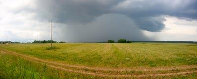 Onweerswolk over het gebied De ZOMERlandschap Stock Afbeeldingen