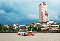 Onweerswolken bij de rivier Stock Foto's