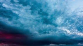 Onweerswolken bij zonsondergang, tijd-tijdspanne stock video