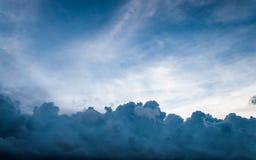 Onweerswolken in blauwe hemel Stock Foto's