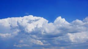 Onweerswolken in de blauwe hemel. Stock Foto